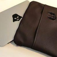 CARIS-Taschen - - MacBook-Tasche mit Motiv-Stickerei - braunes Kunstleder - Einschubfach vorne - wattiert